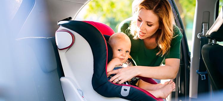 ¿Llevas correctamente la sillita de bebé en el coche?